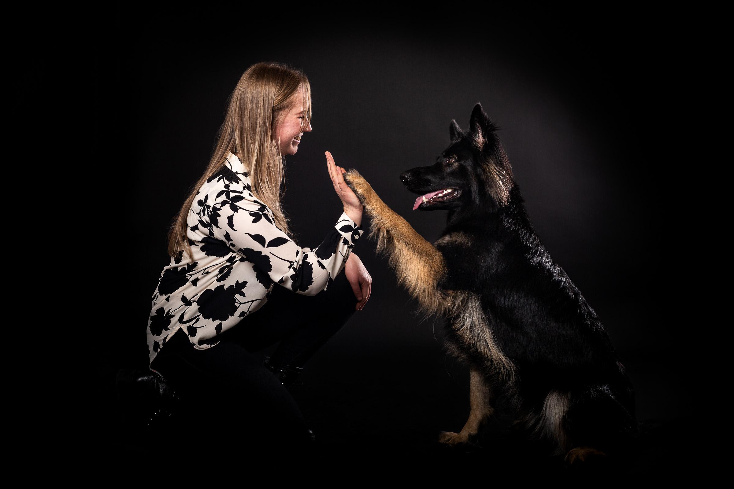 Hond geeft high-five aan zijn baasje