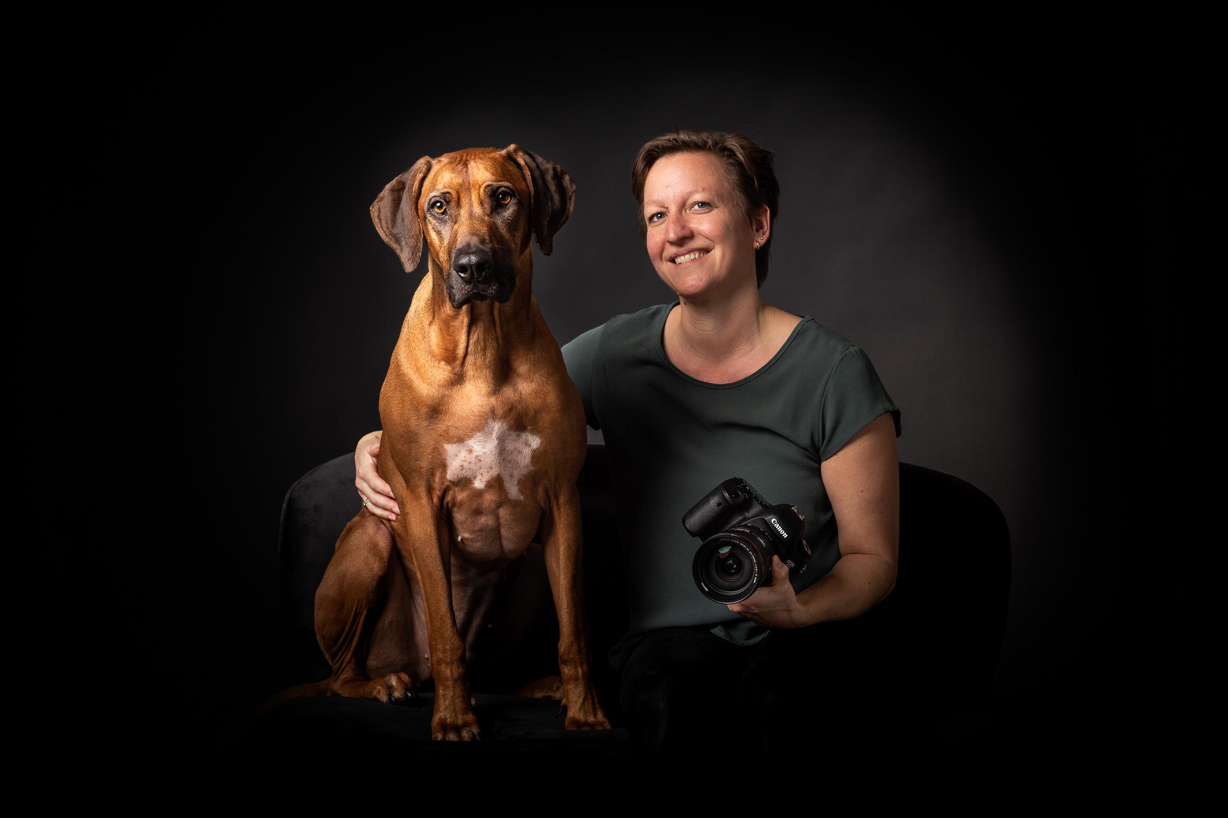 Hondenfotograaf Miranda van Assema met haar hond Zahra, een rhodesian ridgeback, in haar eigen studio